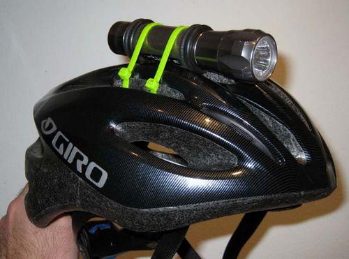 Как прикрепить фонарик на велосипедный шлем