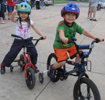 Как приучить ребенка к велошлему