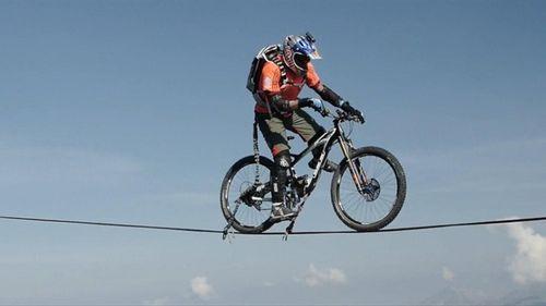 Кенни белэй прокатился по тросу на высоте 2700 метров