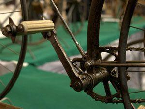 Почему прокручиваются педали велосипеда и что с этим делать