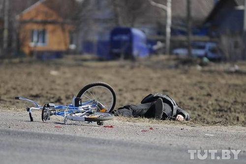 Сбитый велосипедист на обочине — равнодушие или невнимательность?