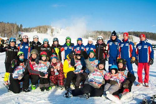 В солнечной долине именитые горнолыжники покатались с особенными детьми