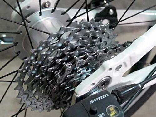 Велосипед с гибридной втулкой с дерайлером и планетарной передачей