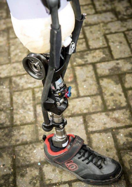 Велосипедист сделал себе протез из амортизатора