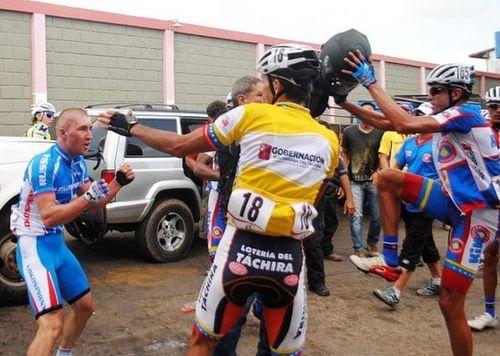 Велосипедная драка в венесуэле — русские не сдаются